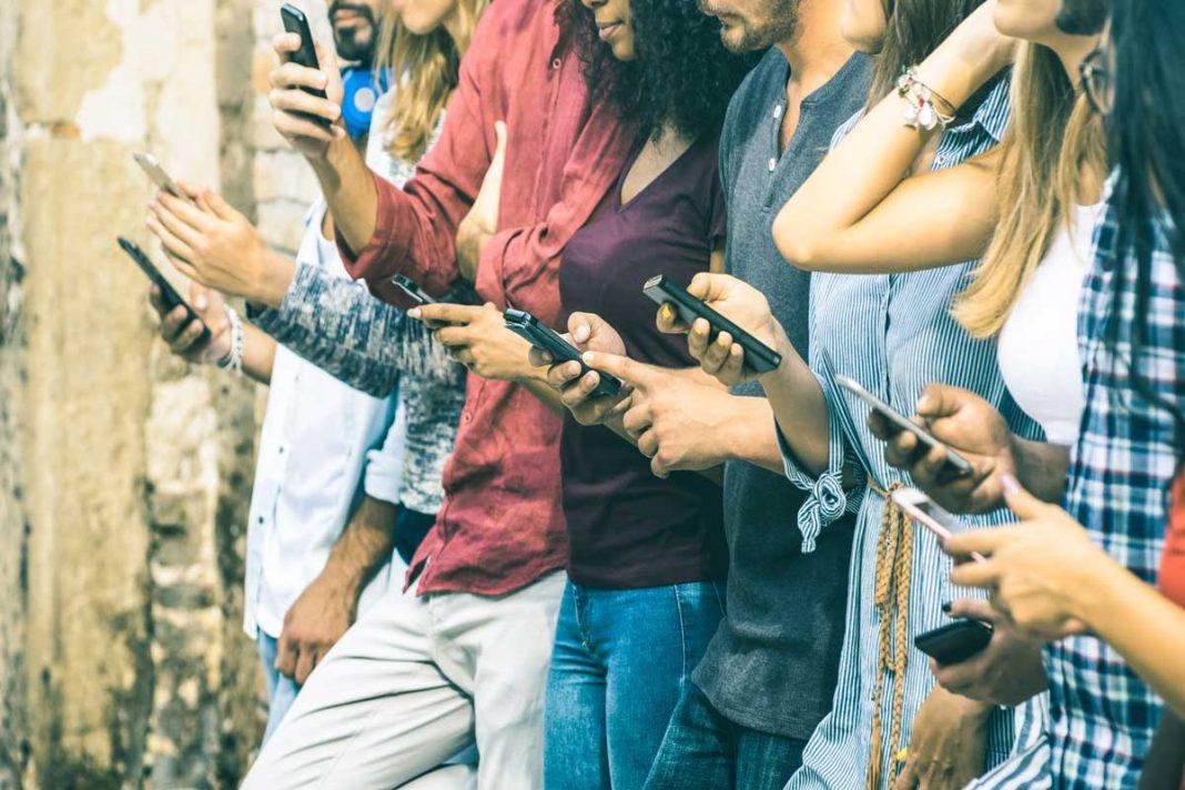 Idiots, una parodia a la enajenación de la gente con su Smartphone